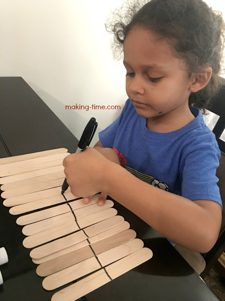 This Make Your Own Matching Game is a great way to help your preschooler recognize and pair up different designs and colors! #preschool #preK #makeyourownmatchinggame