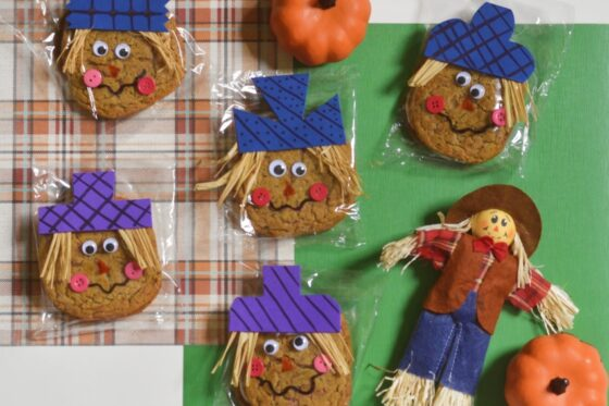 Oatmeal Creme Pie Scarecrows | #falltreat #DIY #classroomtreat