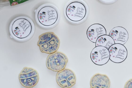 """Do You Wanna Build a Snowman?"" Cookie Cup Toppers ~ #doyouwannabuildasnowman #freeprintables #cookies #classroomtreats"